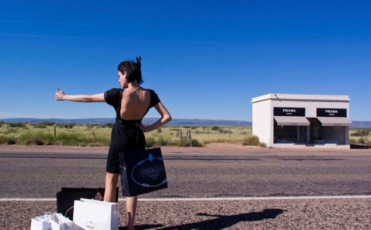 Haciendo-autostop-frente-a-la-tienda-de-Prada-en-Marfa-Texas